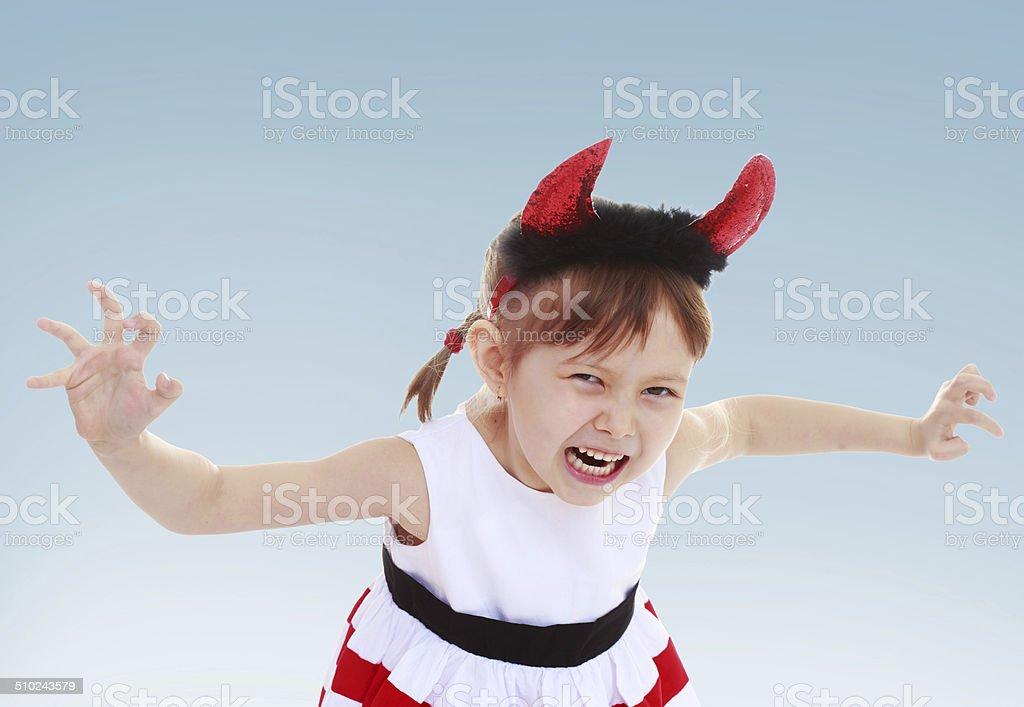 Petite fille mettre un jouet horn photo libre de droits