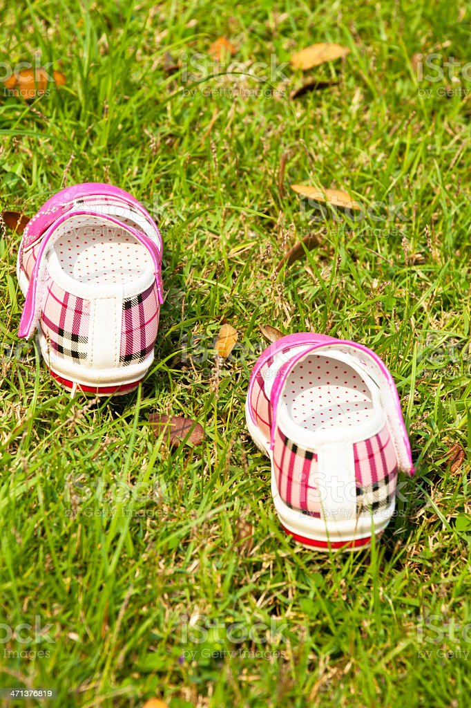 Dziewczynka buty na zielonej trawie zbiór zdjęć royalty-free