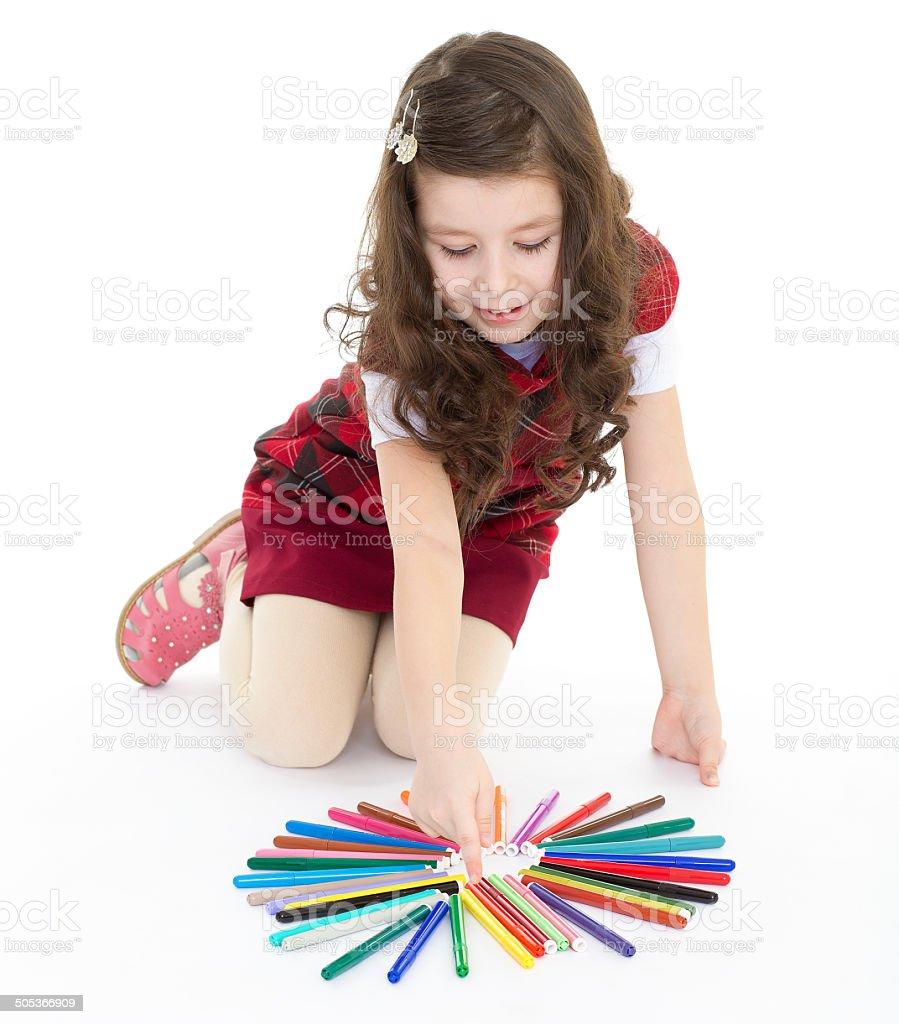 Petite fille assise sur le sol et en jouant avec les couleurs photo libre de droits