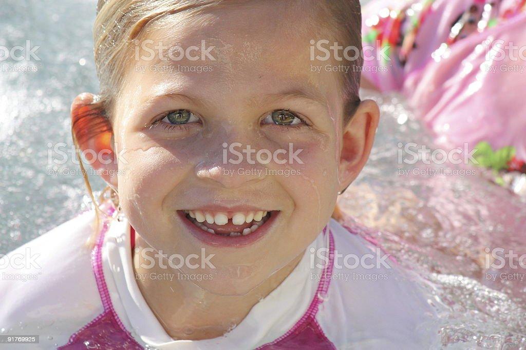 Petite fille nager dans la piscine photo libre de droits