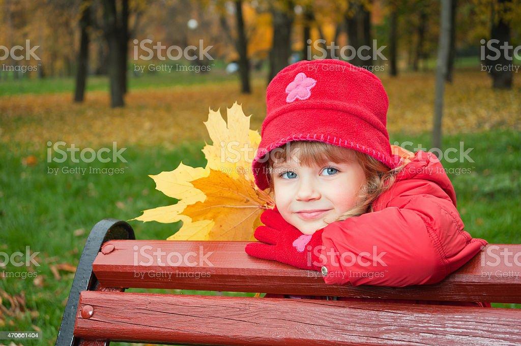 Kleines Mädchen mit Blättern im park Lizenzfreies stock-foto