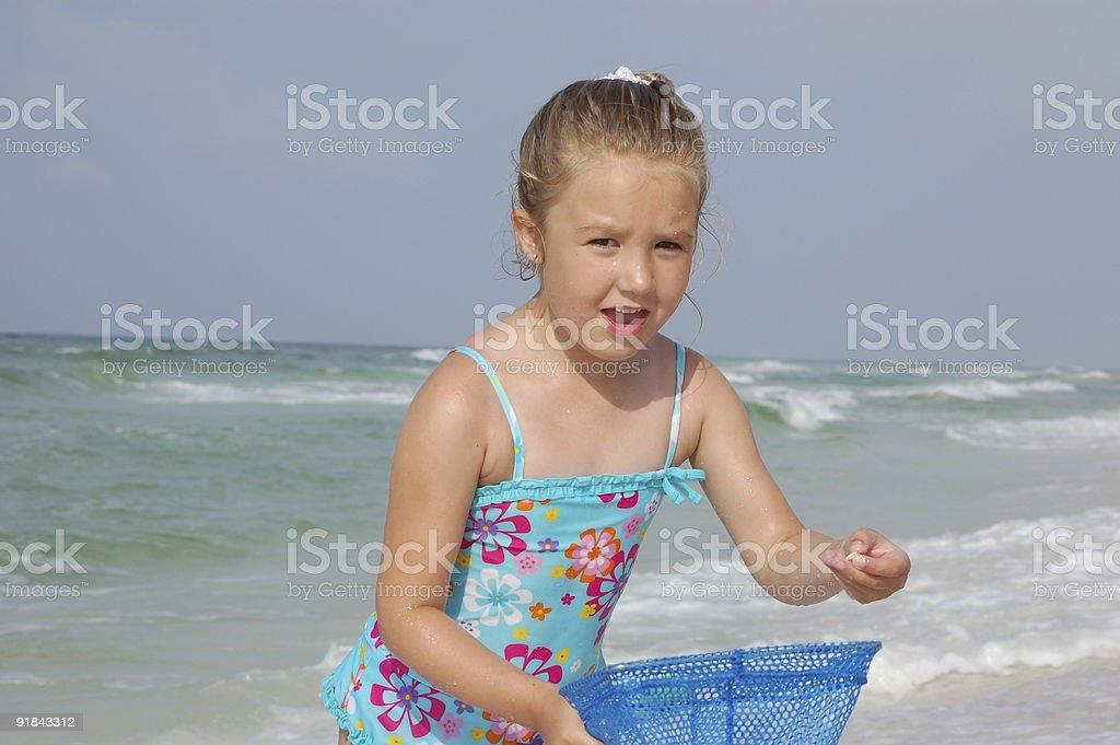 Petite fille avec filet sur la plage photo libre de droits