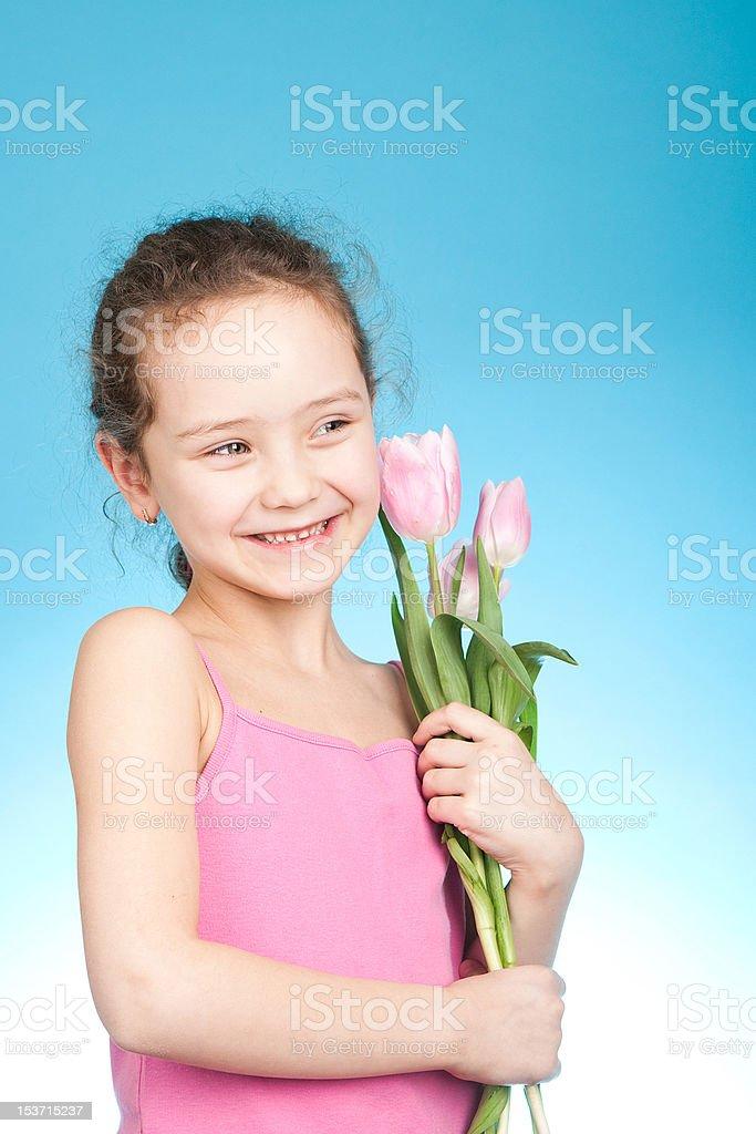 Petite fille avec des tulipes photo libre de droits