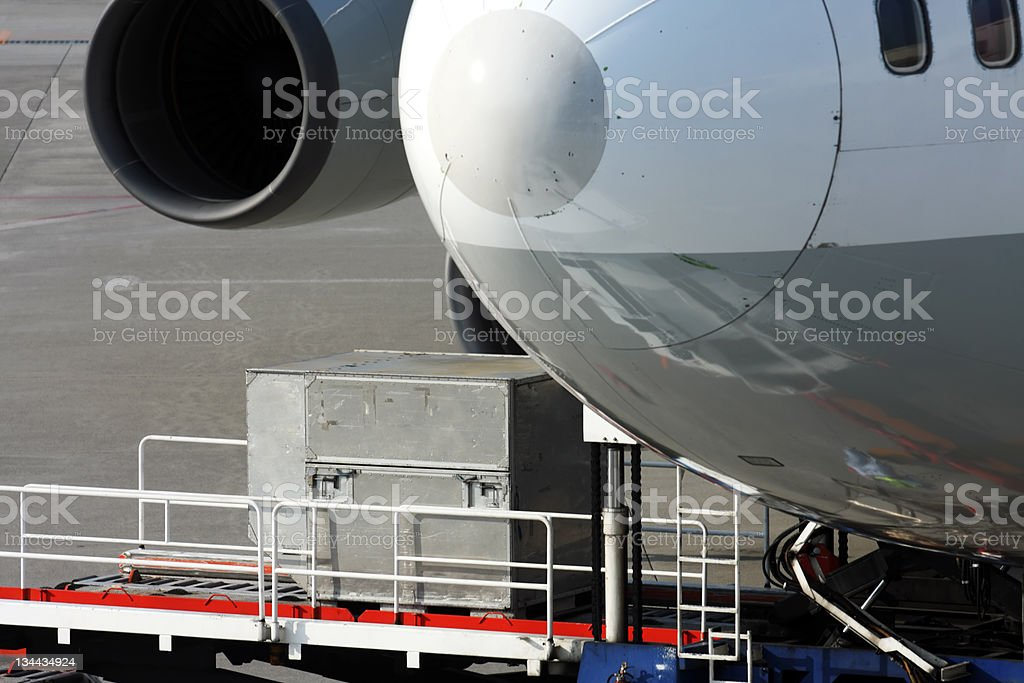 Laden der Ladung auf Flugzeug Lizenzfreies stock-foto