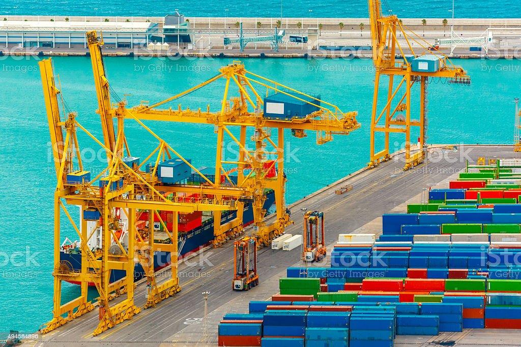 Contenedores de carga en un barco de carga mar barcelona stock foto e imagen de stock 494584896 - Contenedores de barco ...