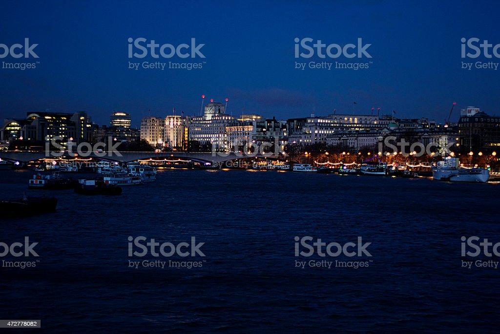 E il Tamigi di Londra di notte foto stock royalty-free