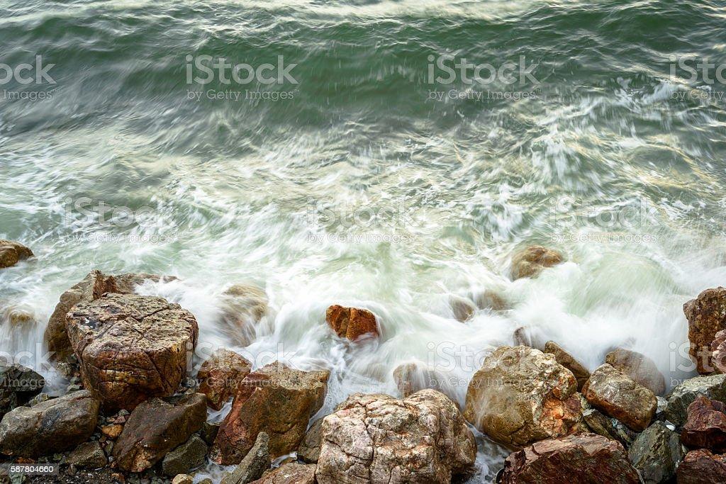 Long exposure of sea waves crash into rocks photo libre de droits