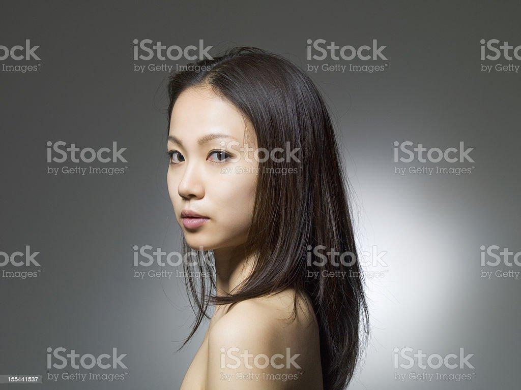 Женщина смотрит на губы фото 214-761