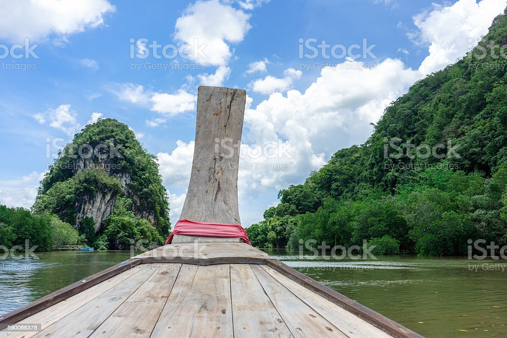 Long tail boat in river with forest, mountain and sky photo libre de droits