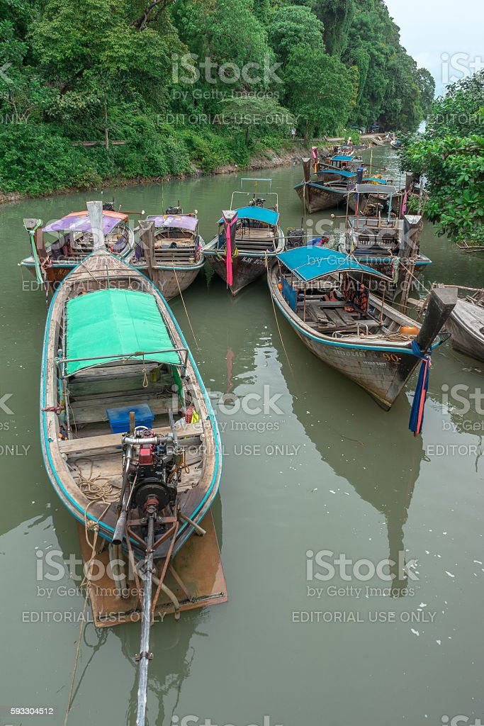 Long tail boats anchored in Ao Nang, Krabi, Thailand photo libre de droits