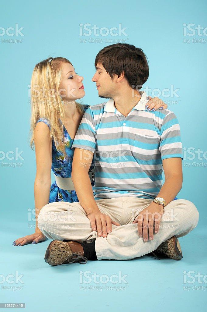 À la recherche dans chacun d'autres couple amoureux photo libre de droits