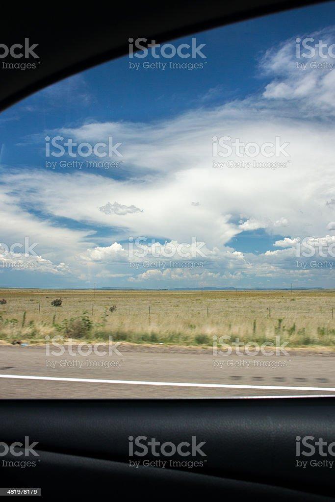 Guardando fuori dalla finestra foto stock royalty-free