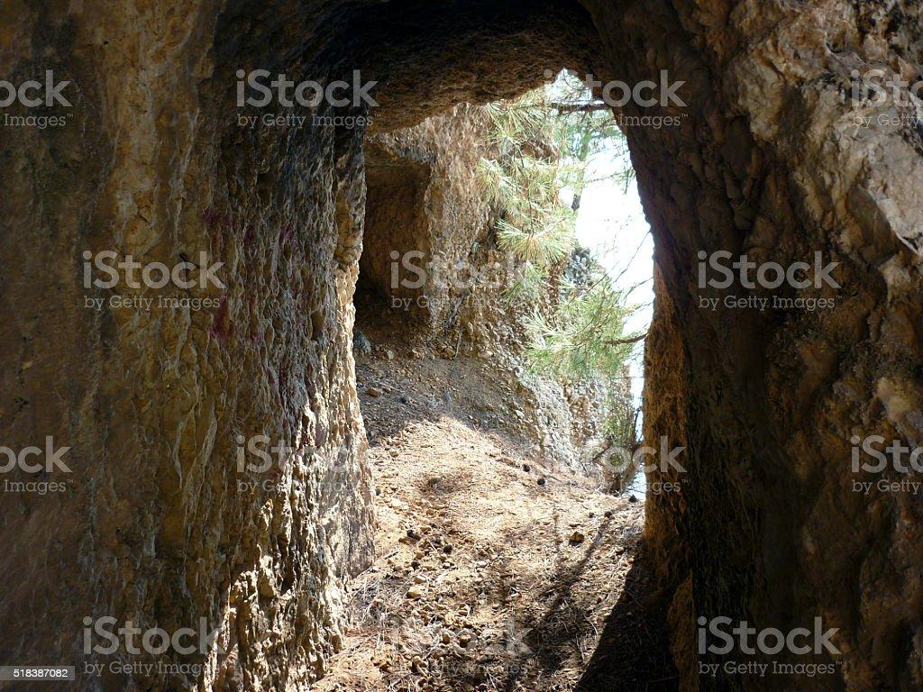 Mirando un través de una cueva. El estrecho vías foto de stock libre de derechos
