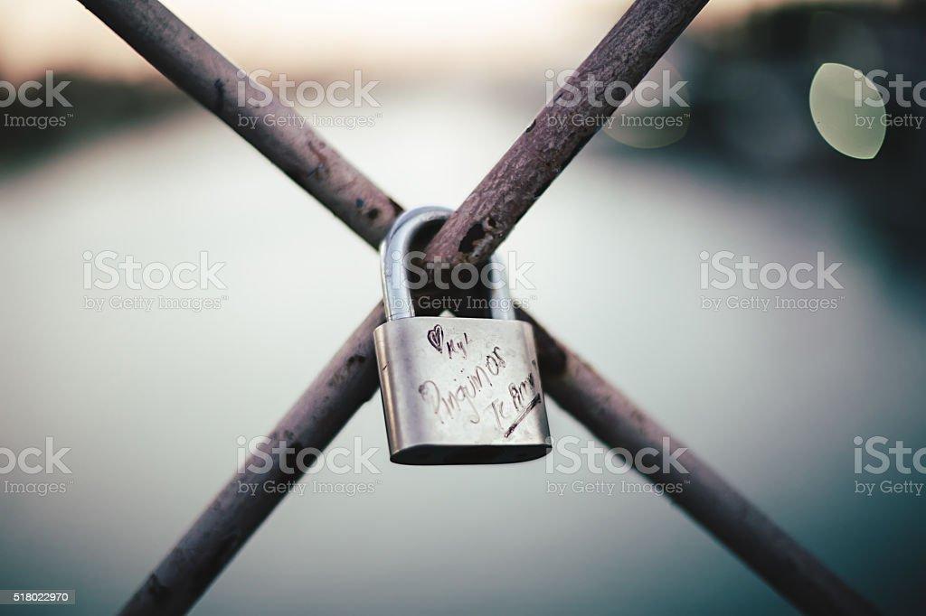 Amor bloquear a ponte San Telmo, em Sevilha, Espanha foto royalty-free