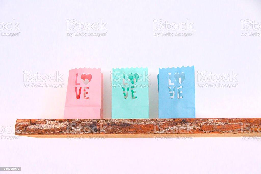 Love Teelichter auf Holzregal stock photo
