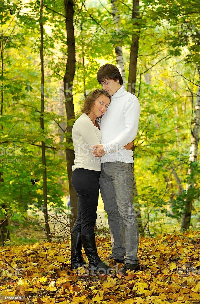 couple amoureux dans le parc photo libre de droits