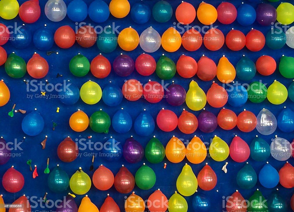 Luftballons spicken auf dem Jahrmarkt stock photo