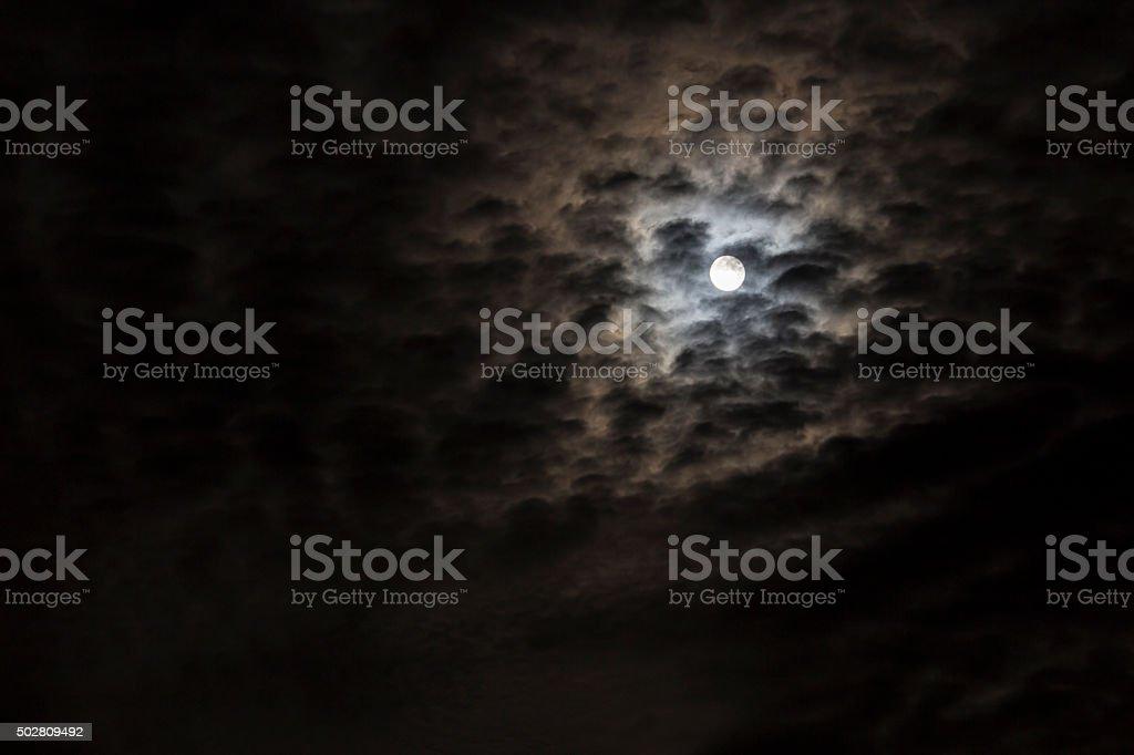 Luna splendente tra le nubi stock photo