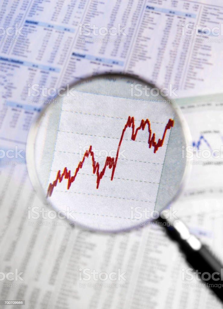 Lupe zeigt steigende Kurse stock photo
