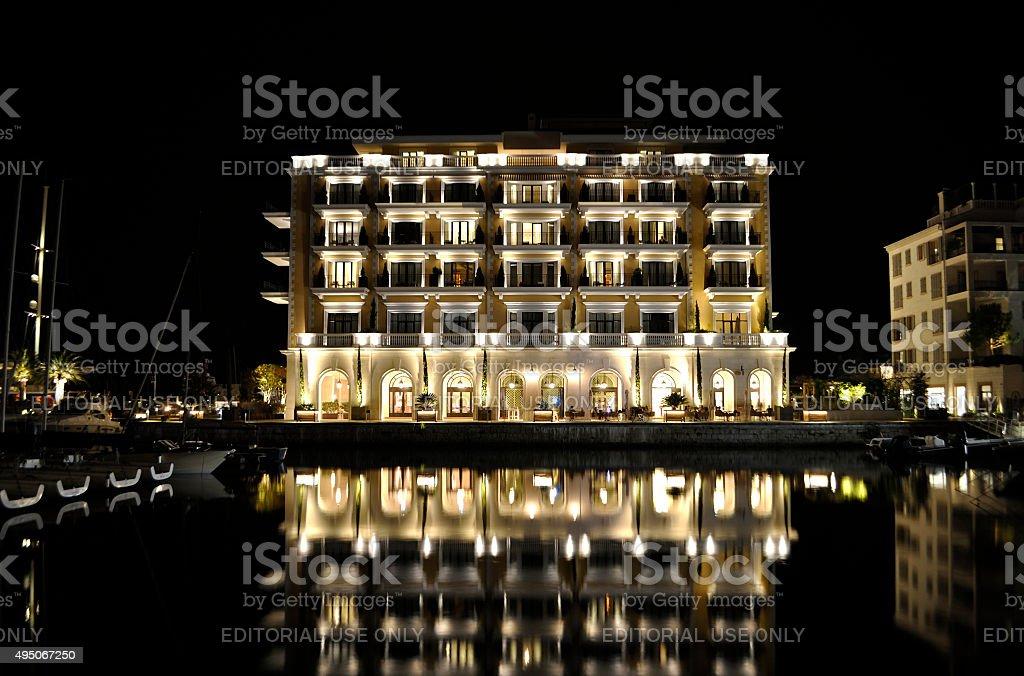 Luksusowy budynek hotelu z odbicie, Czarnogóra. zbiór zdjęć royalty-free