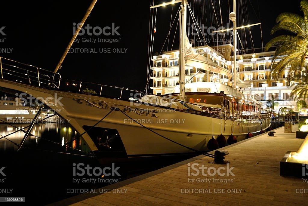 Luksusowe żeglowanie jachtem w nocy zbiór zdjęć royalty-free