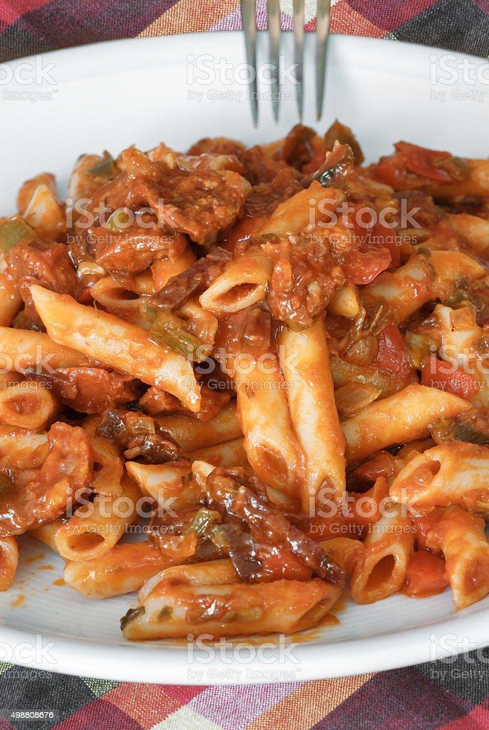 Macarrão com molho de tomate, linguiça e pimenta. foto royalty-free