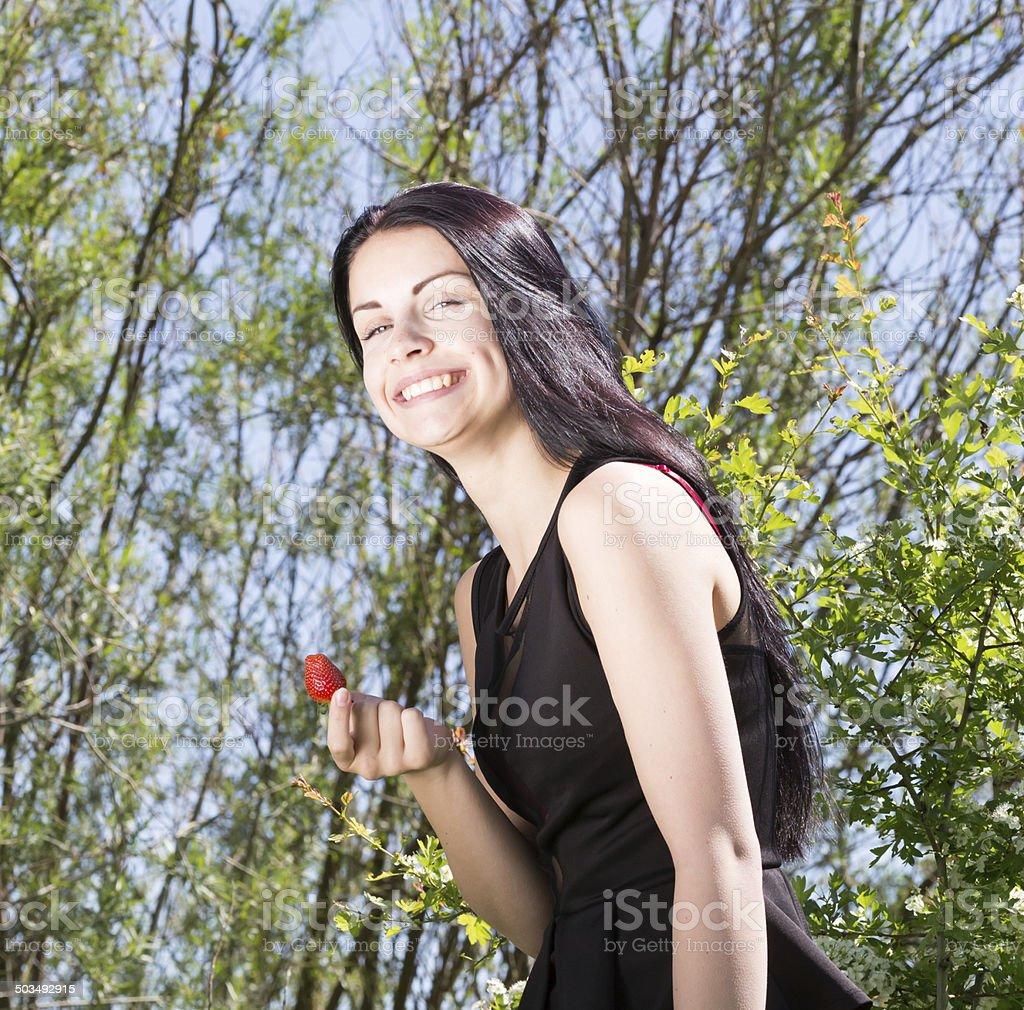 Maedchen mit Erdbeere und offenem Lachen stock photo