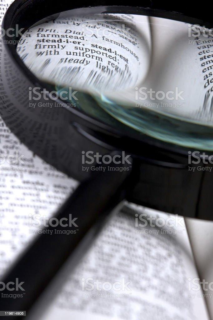 Magnifer e Dicionário foto de stock royalty-free
