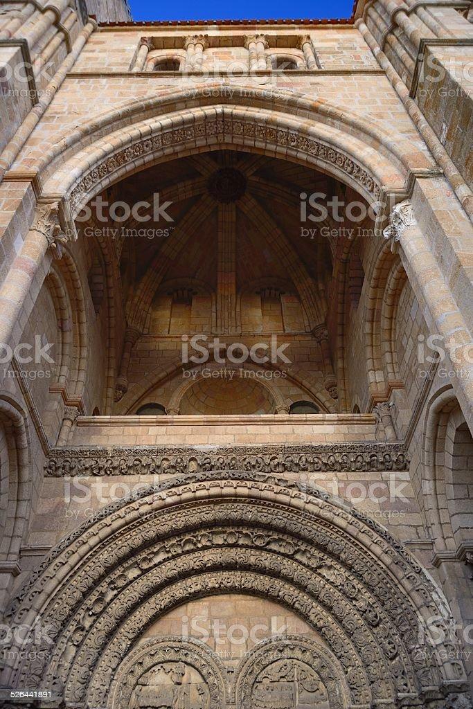 Fachada principal de San Vicente Church en Ávila - foto de stock