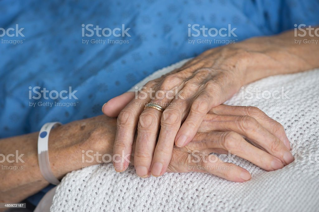 Mains de femme âgée malade royalty-free stock photo
