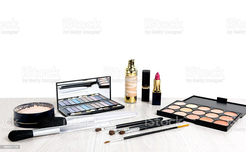 Produtos de maquilhagem em fundo de madeira com espaço de cópia no centro foto de stock royalty-free