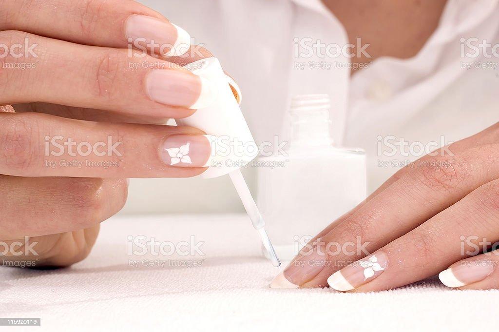 Realizzazione di french manicure foto stock royalty-free