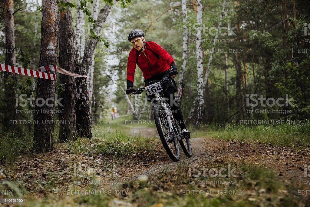 숫나사 선수 사이클 탑승형 돌다...에서 woods royalty-free 스톡 사진