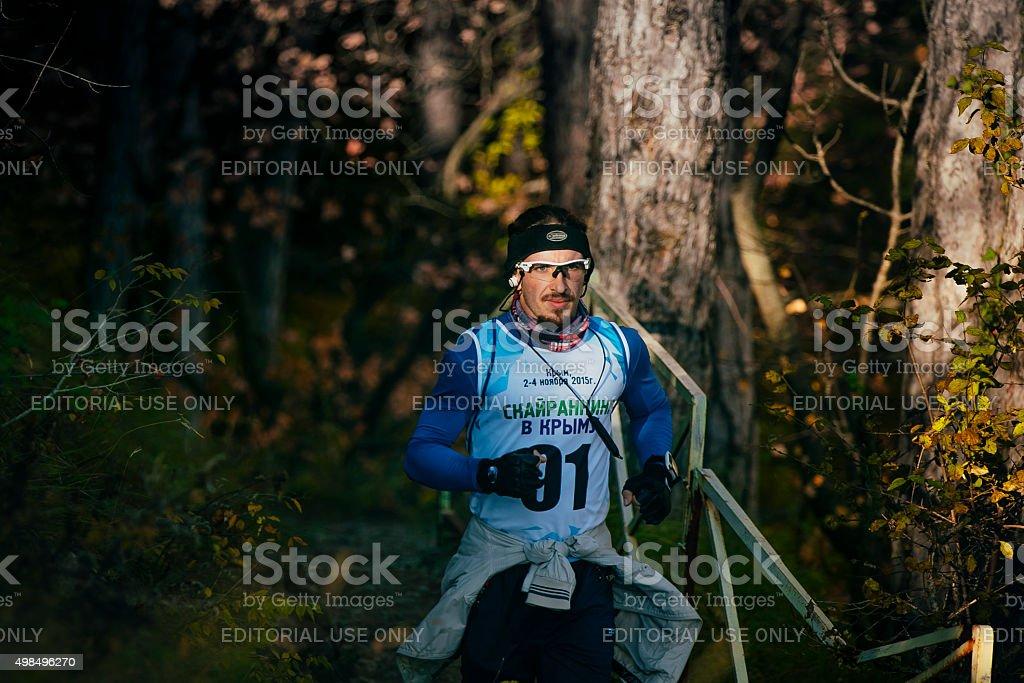 숫나사 선수 in 머리밴드 및 글라스잔 하수관 벚꽃나무를 하이킹 트레일 royalty-free 스톡 사진