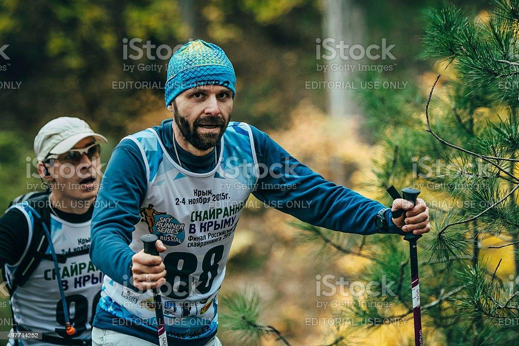 숫나사 선수 중간 기령 클로즈업, 노르딕 산책용 장대 royalty-free 스톡 사진