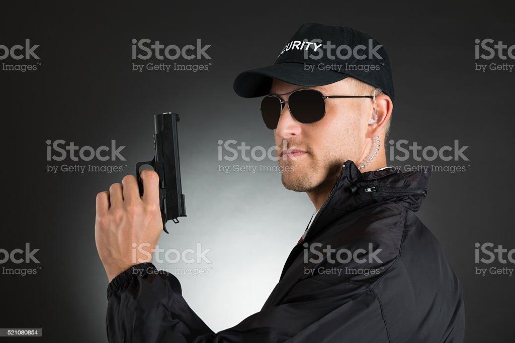 Hombre Guardia de Corps con pistola - foto de stock