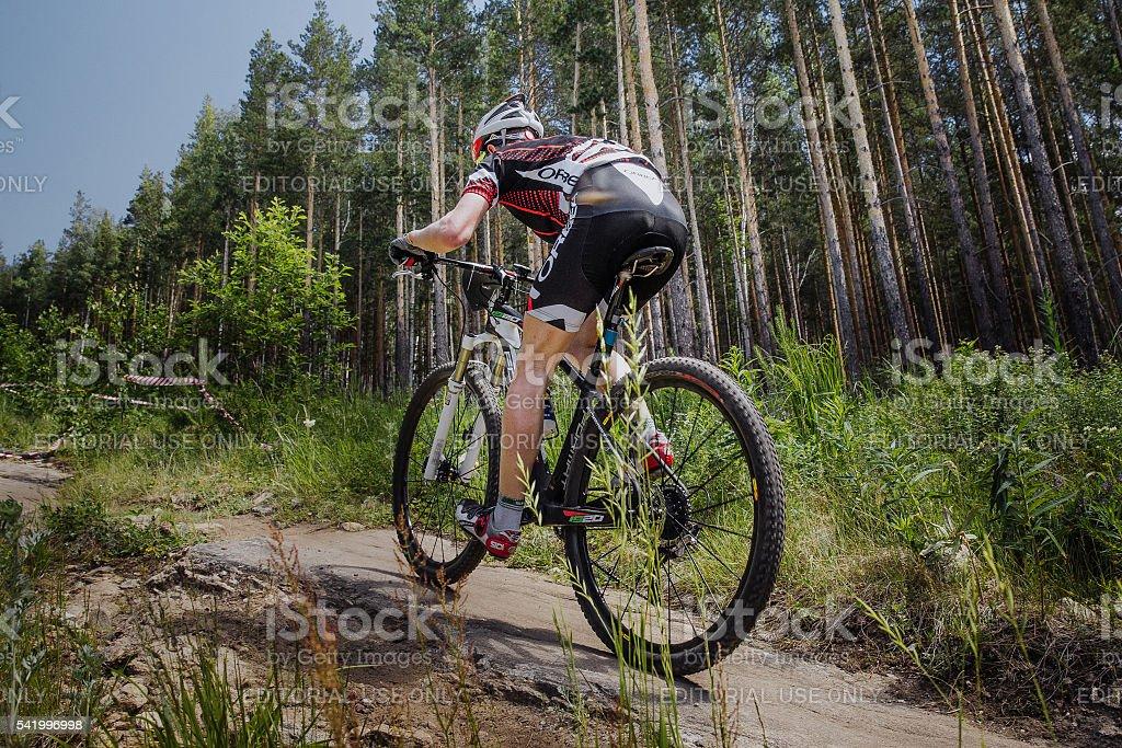 숫나사 자전거 타는 사람 탑승형 자전거 트레일 on 임산 royalty-free 스톡 사진