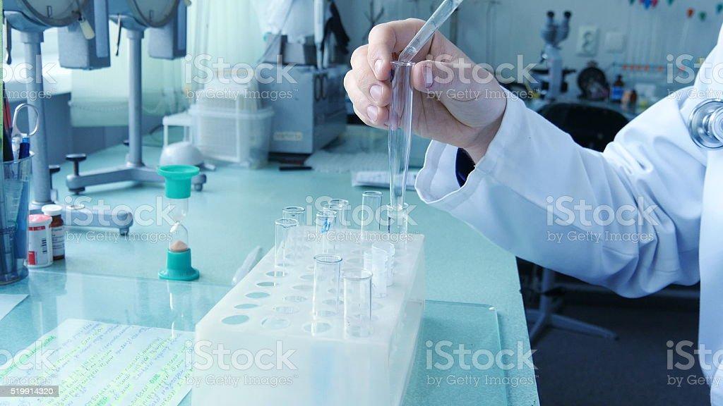 Hombre mano de Médico Científico llenar el tubo de ensayo foto de stock libre de derechos