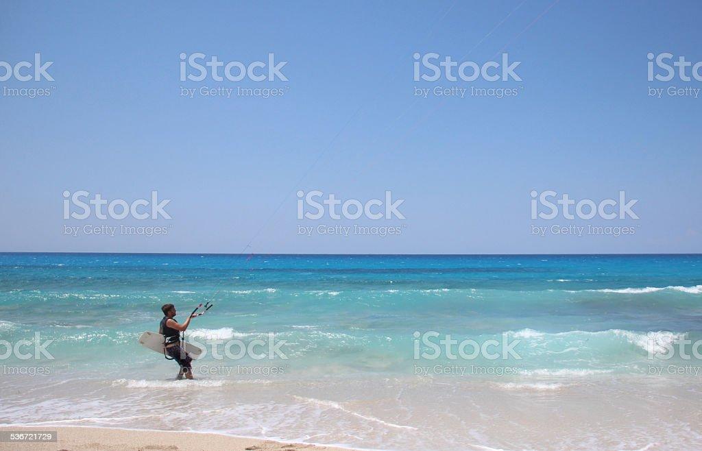 Macho kite Surfista getting ready foto de stock royalty-free