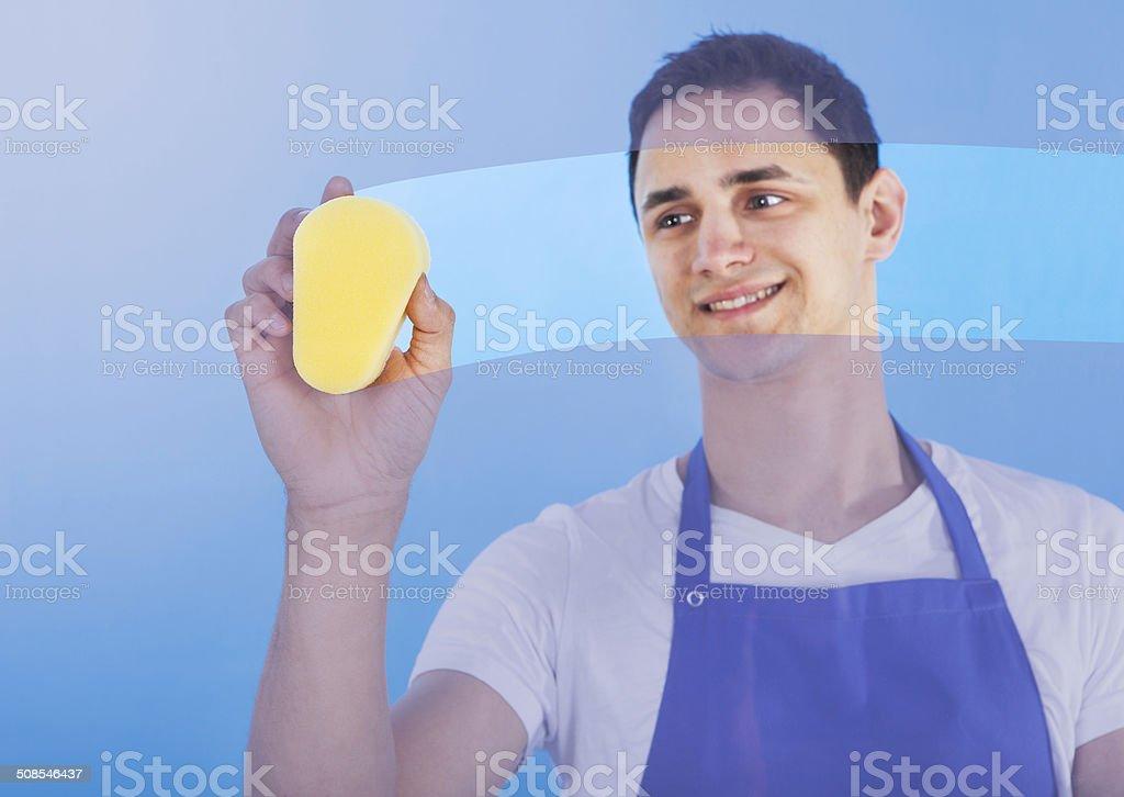 Macho Servant vidrio con esponja de limpieza - foto de stock