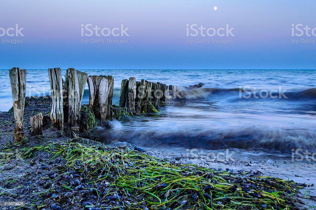 Malerischer Strand bei Dämmerung stock photo