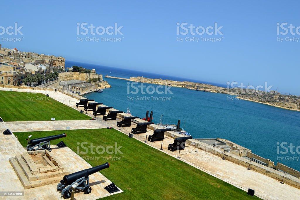 Malta cannon en el parque y a la ciudad foto de stock libre de derechos
