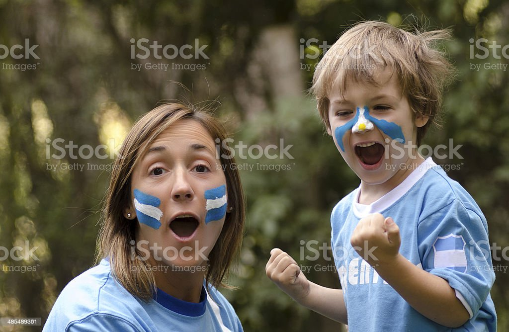 Mama e hijo gritando gol stock photo