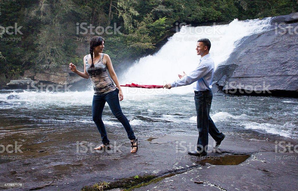 Uomo e donna in cascata foto stock royalty-free