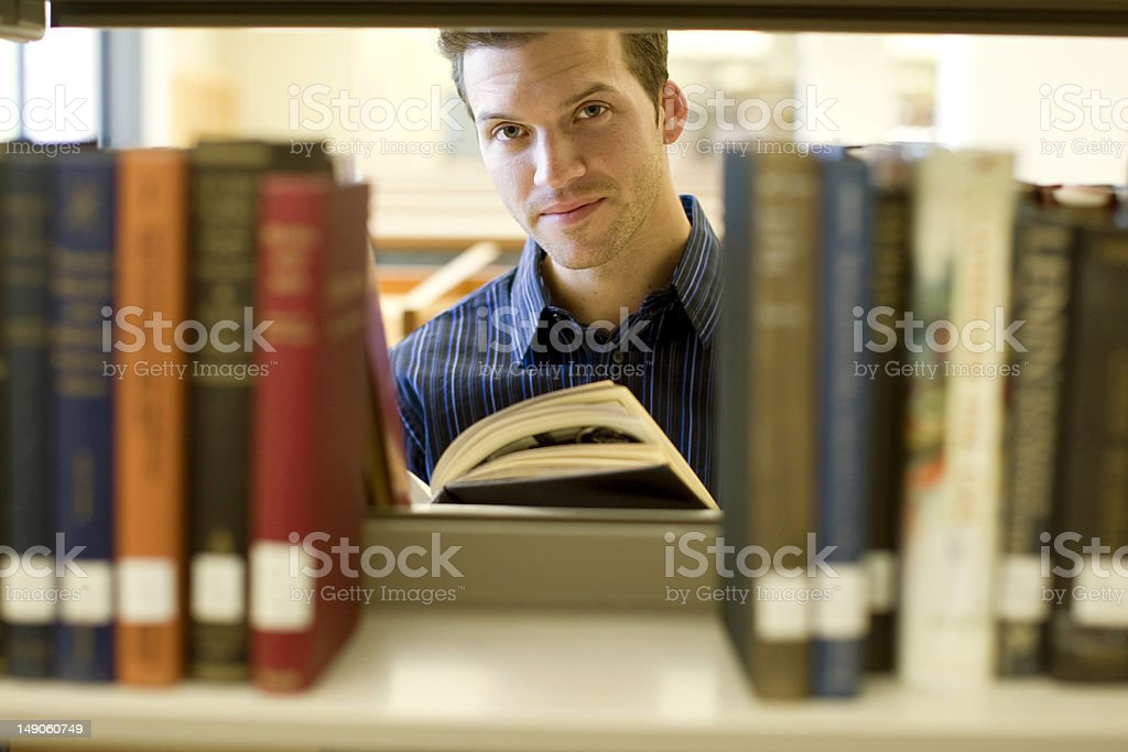 Hombre en la biblioteca foto de stock libre de derechos