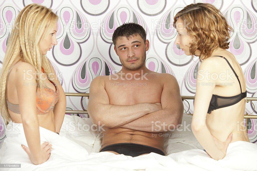 жена с двумя в постели