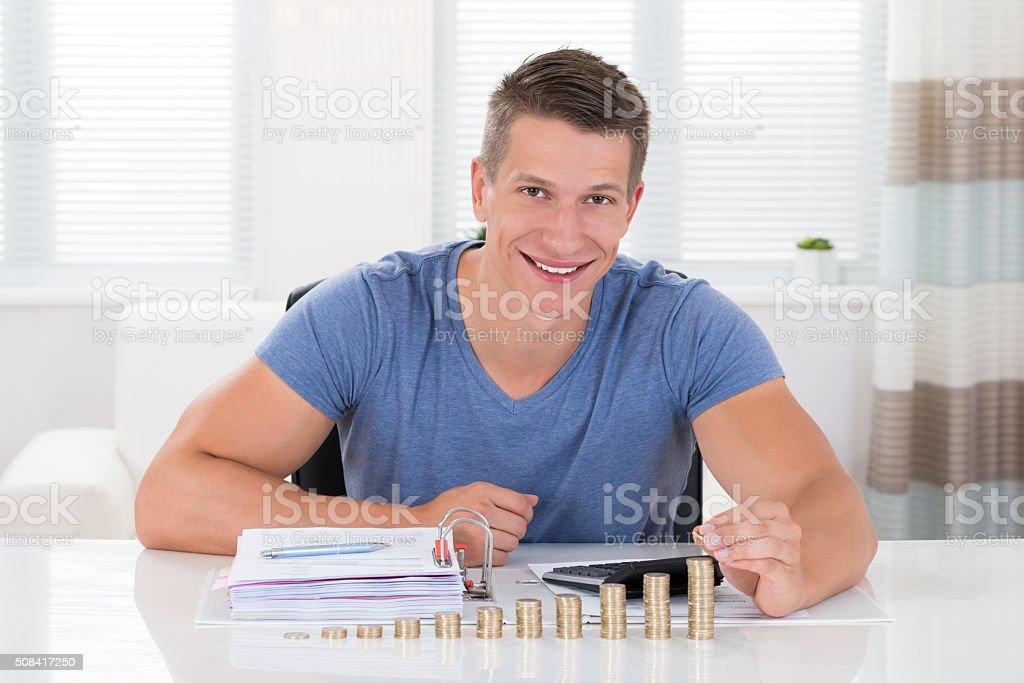 Hombre cálculo de la factura con monedas en la recepción - foto de stock