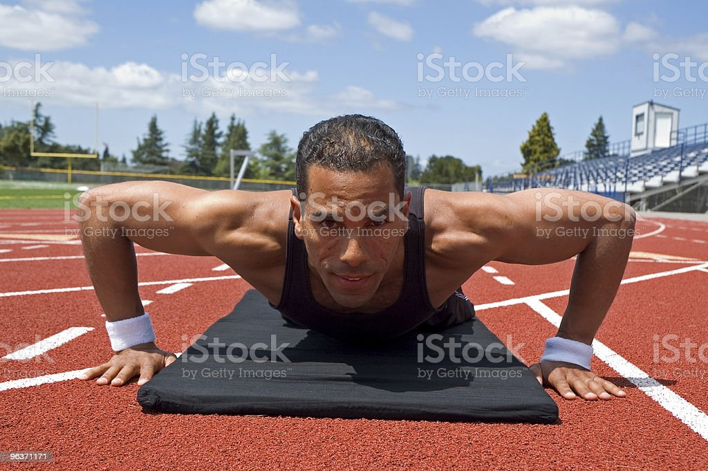 Uomo che fa push-up all'aperto foto stock royalty-free