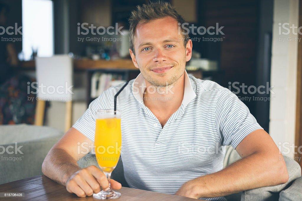 Mann trinkt Frucht-smoothie in angesagten Café Lizenzfreies stock-foto