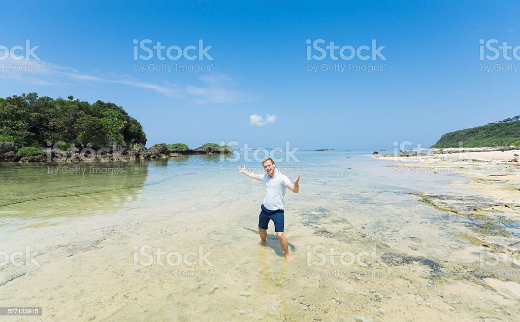 Mann Sie den Tag in der wunderschönen tropischen Lagune, Okinawa Lizenzfreies stock-foto